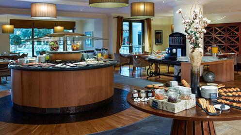 InterContinental Mar Menor 5*: habitación de lujo con hidromasaje, desayuno, spa y más.