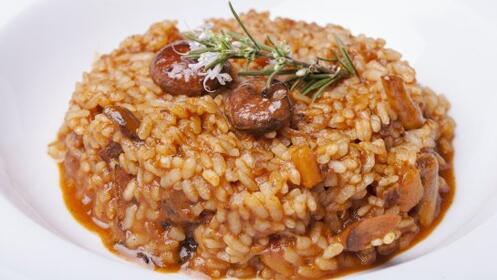 Exquisito menú arroz presa ibérica con hongos y más en el centro