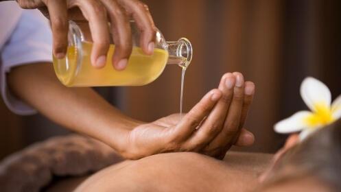 ¡El boom de la alta cosmética!. Masaje relajante con aceite de coco