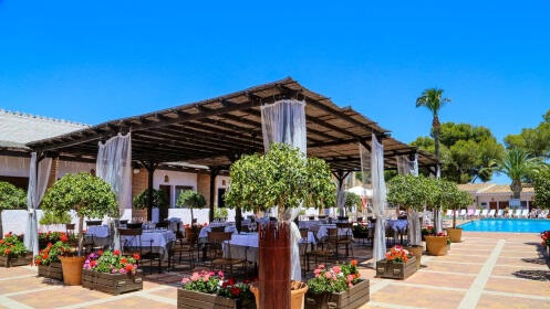 Menú y piscina en Hotel Montepiedra