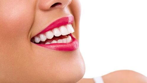 Blanqueamiento dental con luz LED: dientes blancos