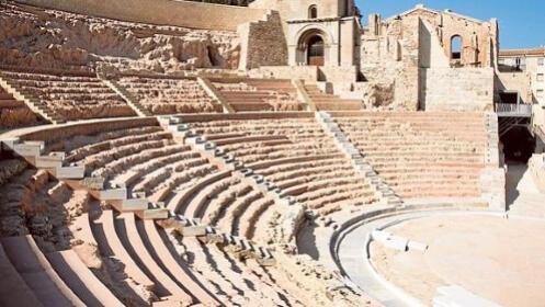 Tras las huellas de Augustus: Hotel + Teatro Romano, Barrio del Foro Romano y la Casa de la Fortuna